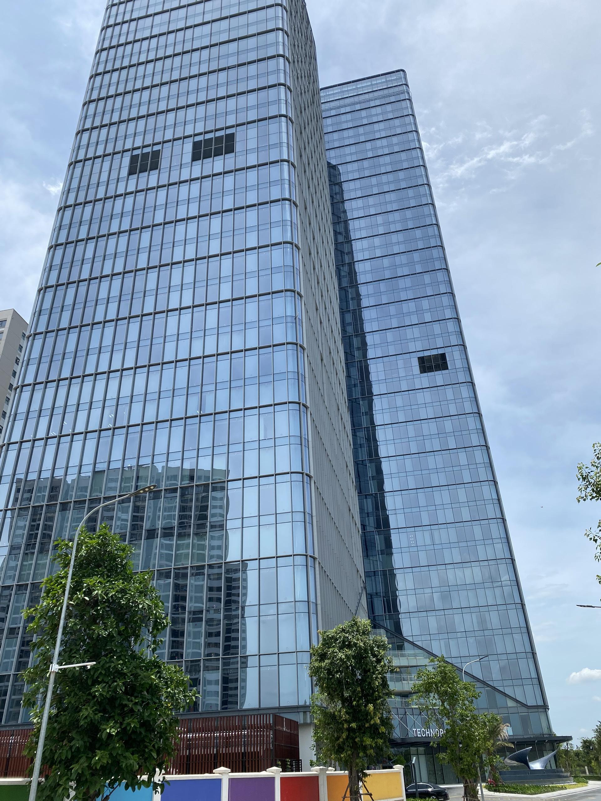 Tổng vệ sinh Kính  – Tòa nhà trụ sở Vinfast